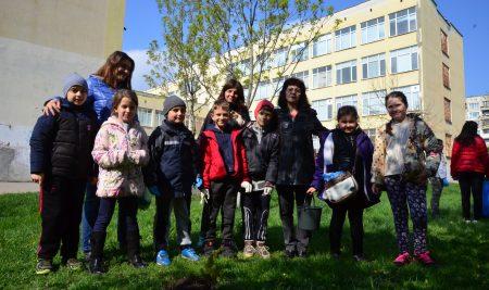 """Ученици, учители и родители изпълниха двора на 79.СУ""""Индира Ганди"""" в Деня на Земята -22 април."""