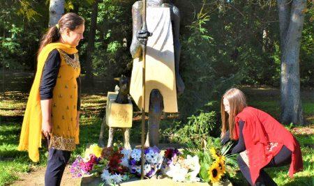 Поднасяне на цветя пред паметника на Махатма Ганди